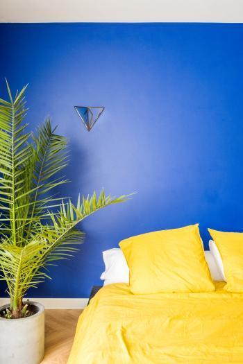 Kies voor sprankelende verfkleuren in de slaapkamer en start elke morgen in een goede mood