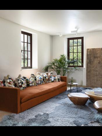 Een off-white in de woonkamer geeft ruimte voor een verzameling aan decoratiestukken