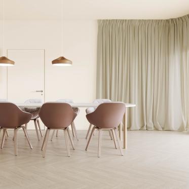 Plafondkleur in lichtere wittint dan de muren zorgt voor subtiele kleurnuances.