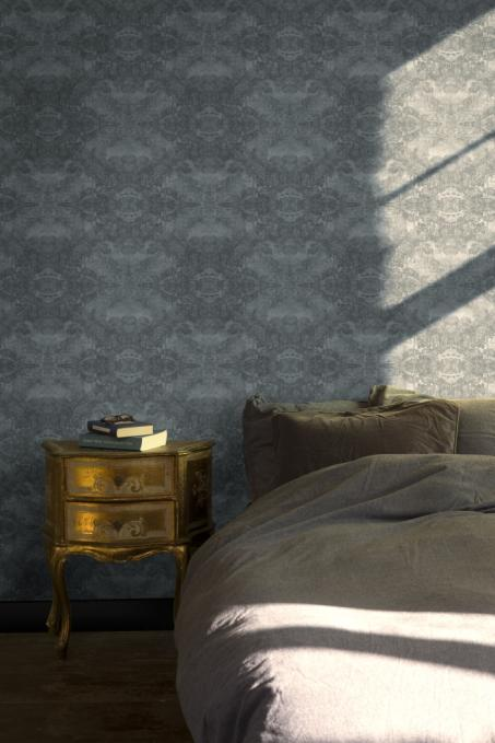 Behang je muur met donkerblauw klassiek behang