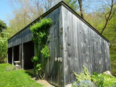 Een verweerd tuinhuis schilderen