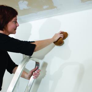 Moet je je muren en plafond afwassen voor je ze herschildert?