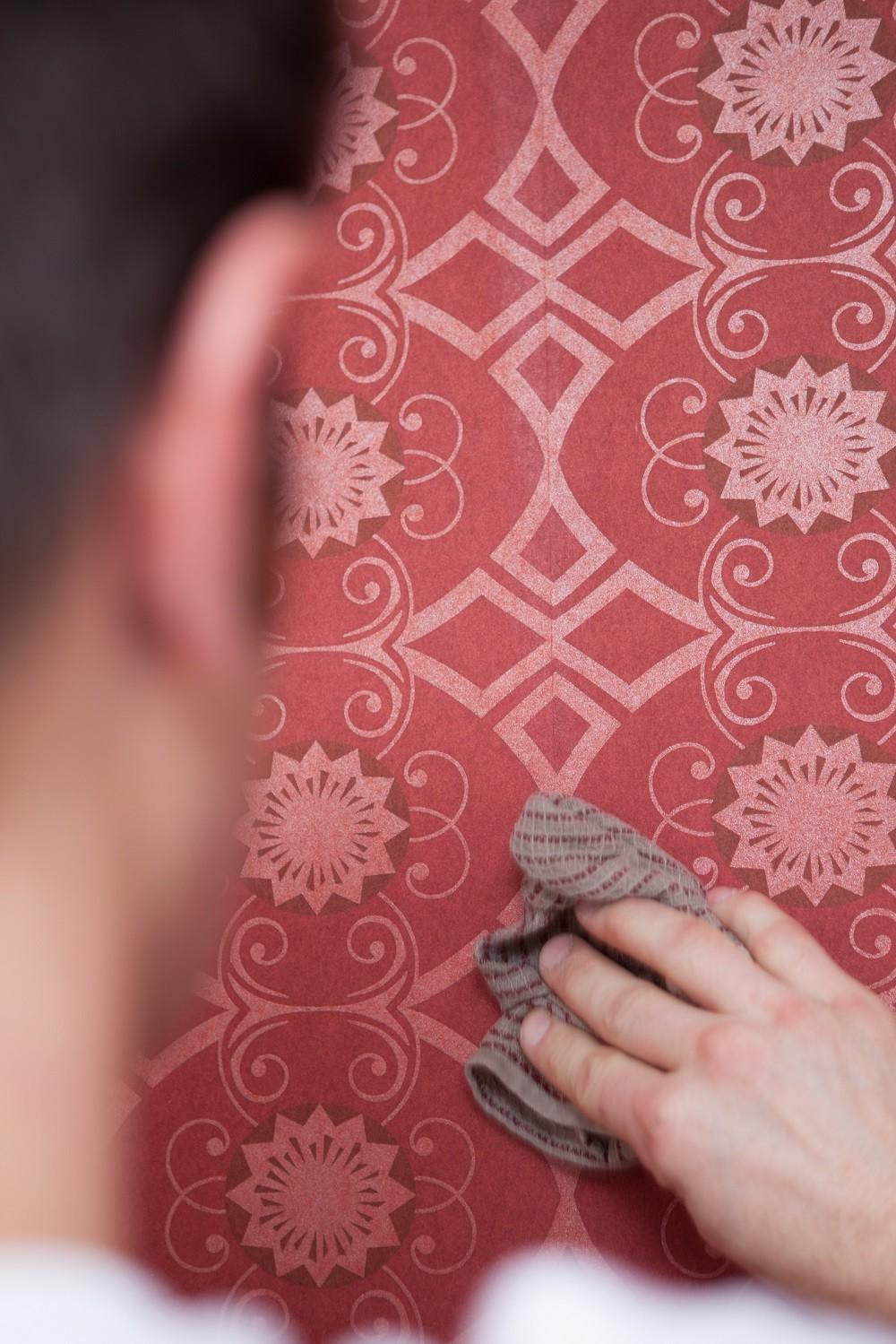 Hoe behangen? 7: verwijder lijmresten onmiddellijk